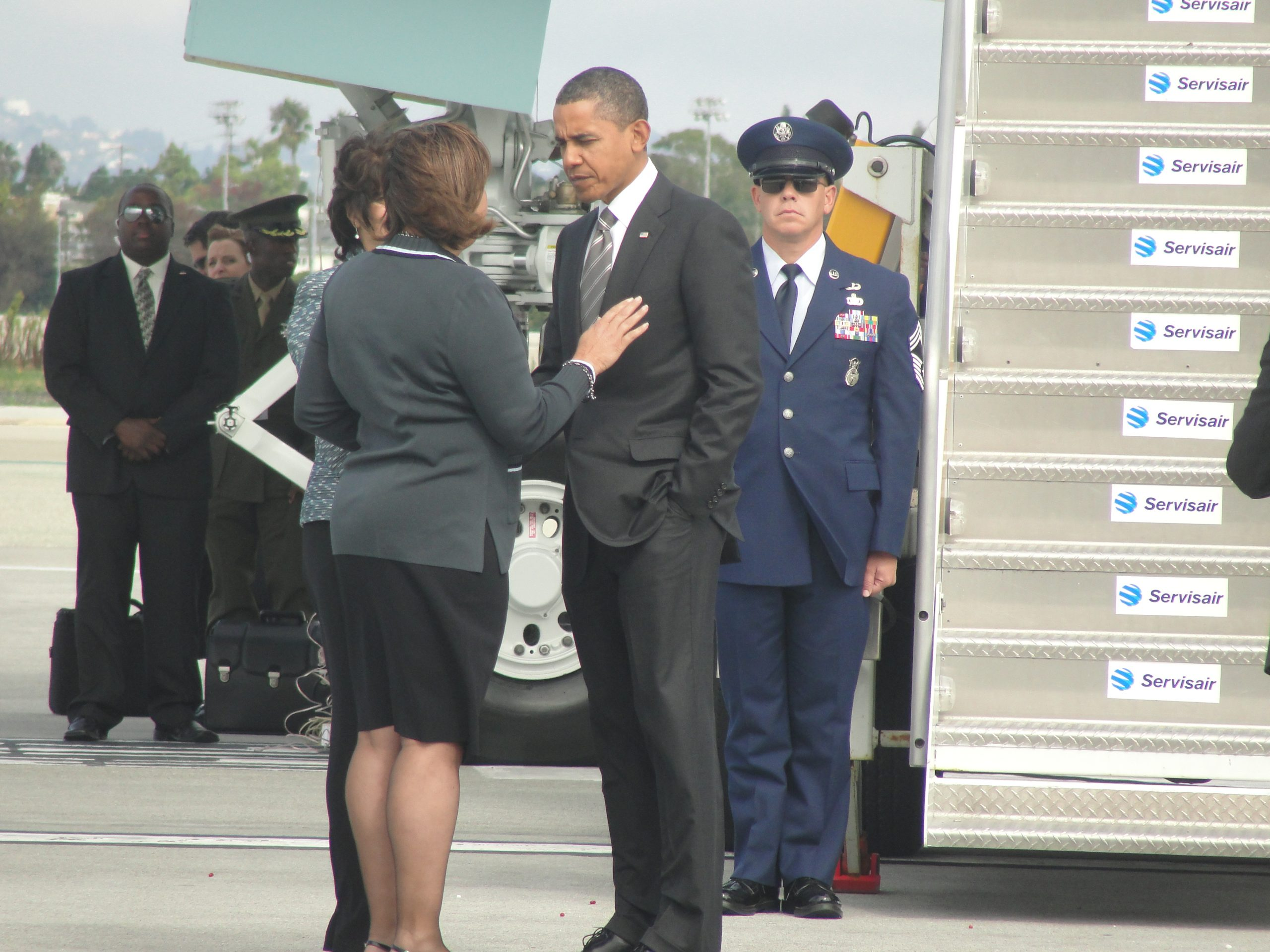 President Barack Obama confers with Congresswoman Laura Richardson (D-37) shortly after arriving at LAX Airport./news4usonline.com