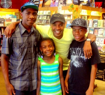 Boxing great Sugar Ray Leonard, appearing at a book signing at ESOWon Bookstore in Los Angeles, shows some love to some of his young fans. Photo: Dennis J. Freeman