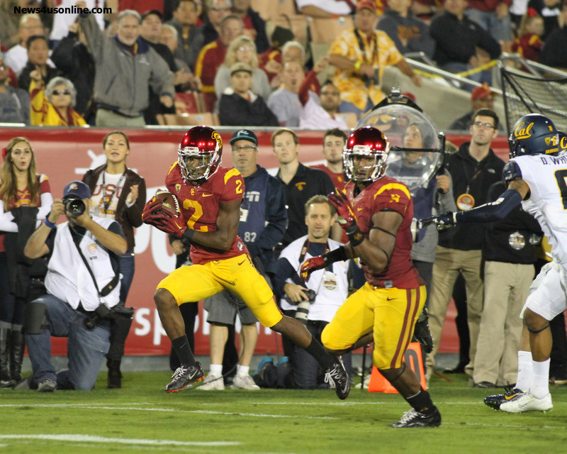 Adoree Jackson (2) on the run against Cal. Photo Credit: Jevone Moore/News4usonline.com