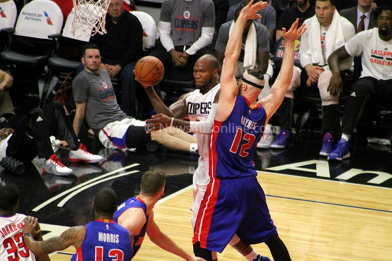 Marreese Speights looks to pass the ball against the Detroit defense in the Clippers' 114-82 win against the Pistons. Photo by Dennis J. Freeman/News4usonline.com