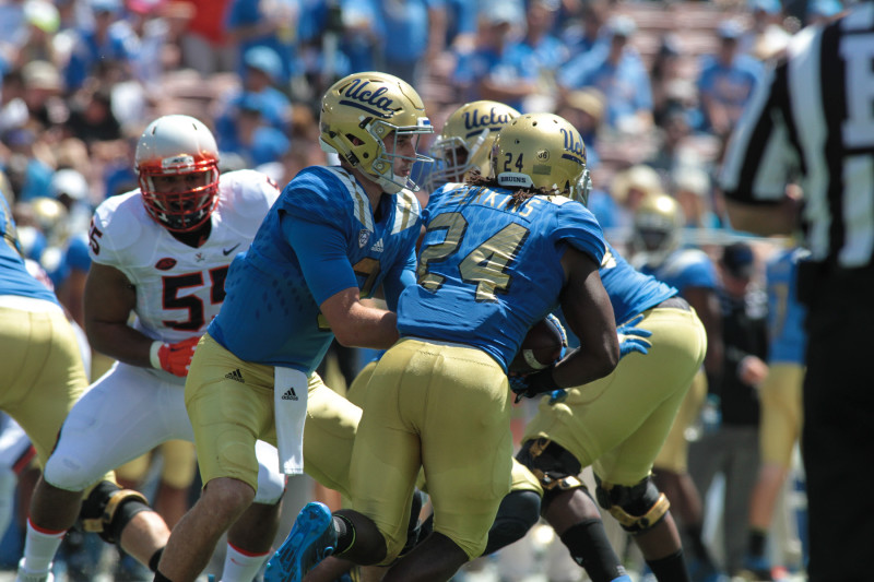 UCLA Bruins Josh Rosen handing off to Paul Perkins. Photo by Jevone Moore
