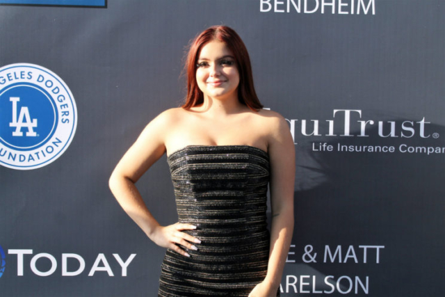 Actress Ariel Winter (Glee) goes through the trianagle of the blue carpet before catching Earth, Wind & Fire